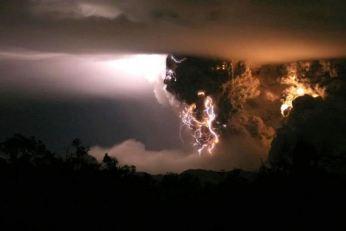 Volcano-lightning