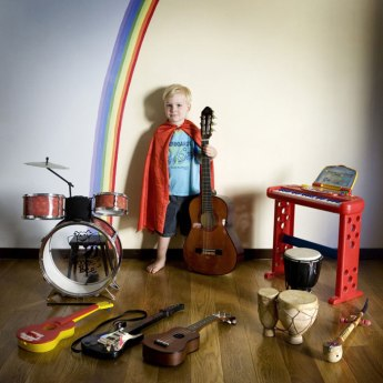 kids-pose-with-their-favourite-childhood-toys-gabriele-galimberti-11