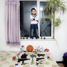 kids-pose-with-their-favourite-childhood-toys-gabriele-galimberti-8