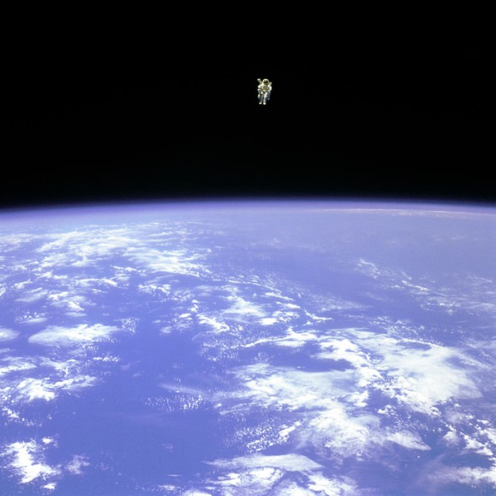 bruce-mccandless-ii-free-flying-in-space-floating-untethered